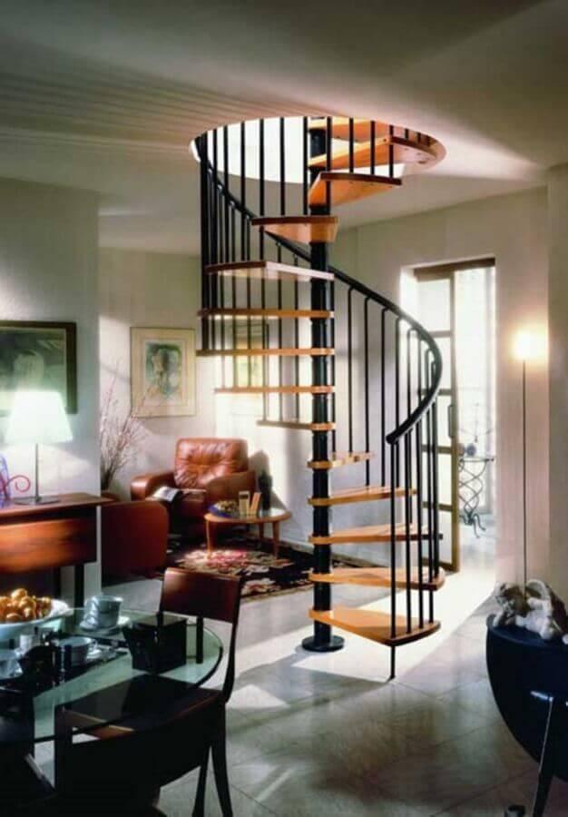 casa decorada com escada espiral de ferro e madeira Foto Pinterest