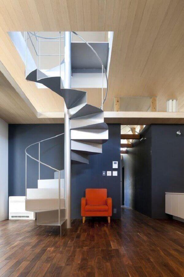 casa decorada com paredes azuis e escada espiral de alumínio Foto Pinterest