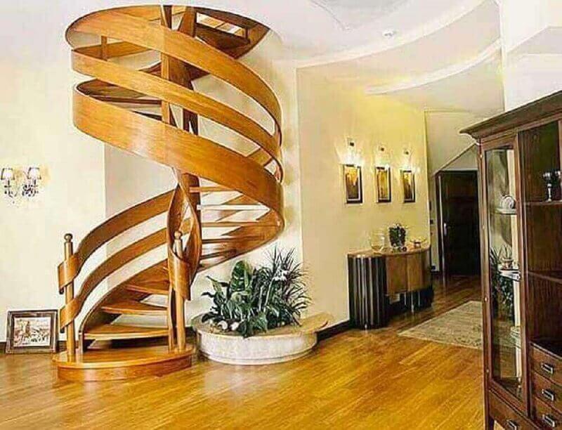 casa grande decorada com escada espiral de madeira moderna Foto Pinterest
