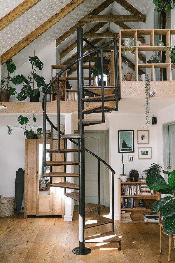 casa rústica decorada com escada espiral de ferro com degraus de madeira  Foto MissMoss