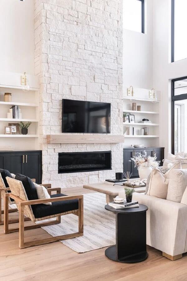 cor branca para decoração de sala com lareira rústica e poltronas de madeira Foto Monarch Plank