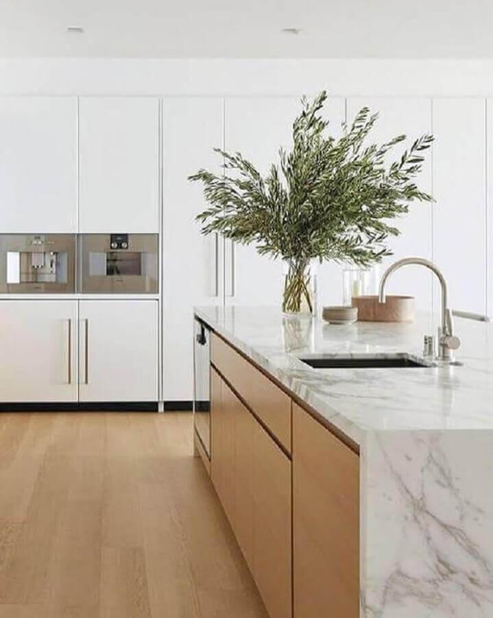 Cozinha branca decorada com bancada de mármore para ilha de madeira