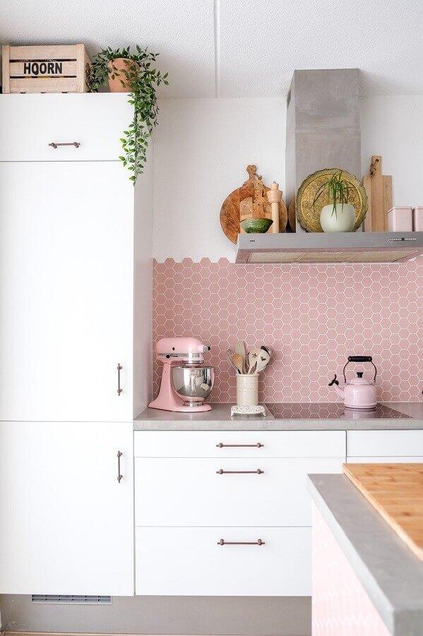 cozinha branca decorada com revestimento hexagonal rosa chá Foto Pinterest