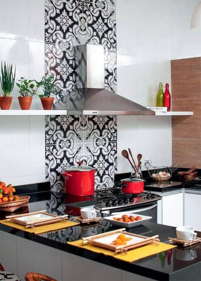 Cozinha em U decorada com bancada preta e adesivo para azulejo de cozinha branco
