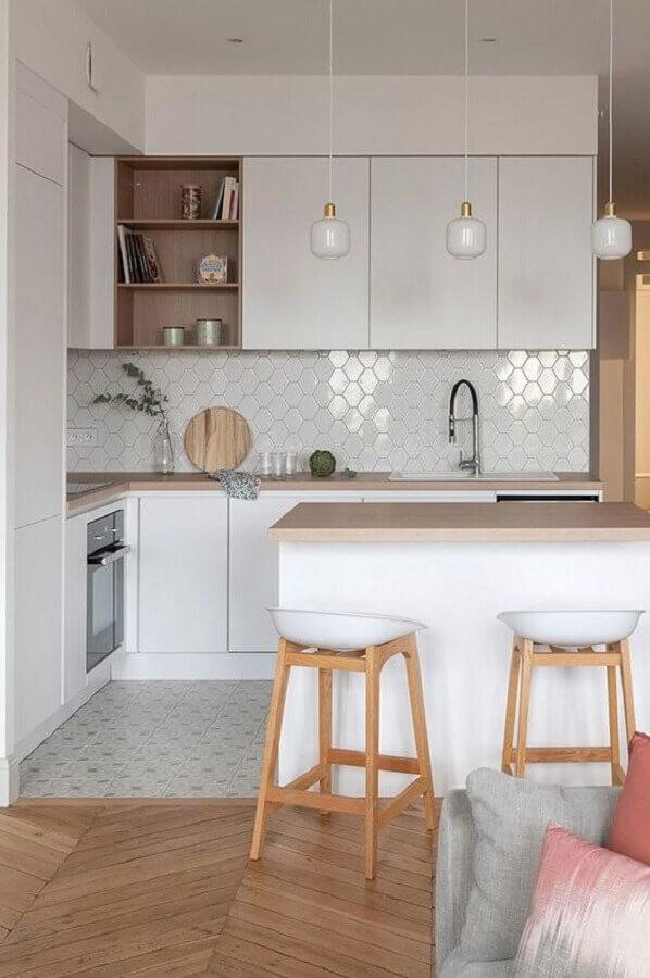 cozinha estilo americana branca decorada com bancada de madeira e revestimento geométrico Foto Côté Maison