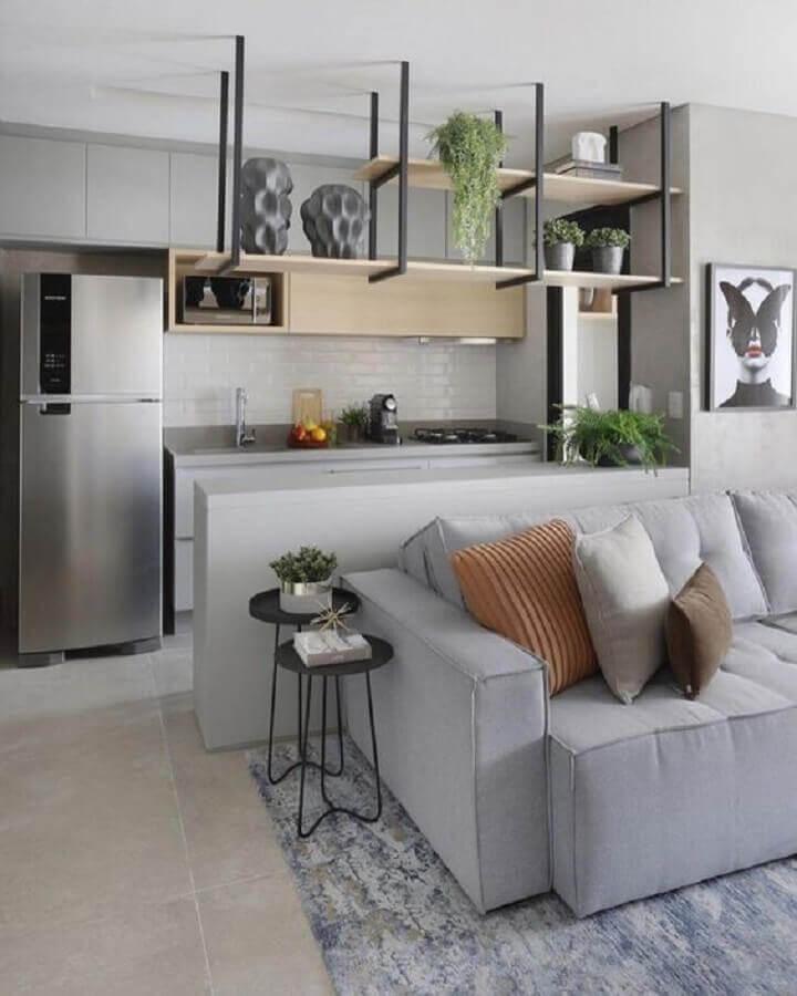 cozinha estilo americana cinza decorada com armário aéreo de madeira e prateleira industrial
