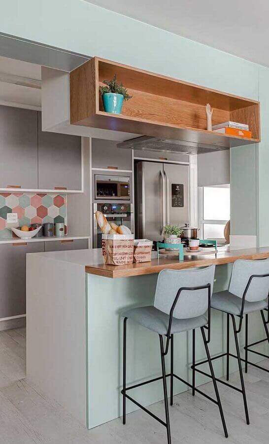 Cozinha estilo americana cinza decorada com bancada e nicho de madeira e revestimento colorido Foto Jeito de Casa