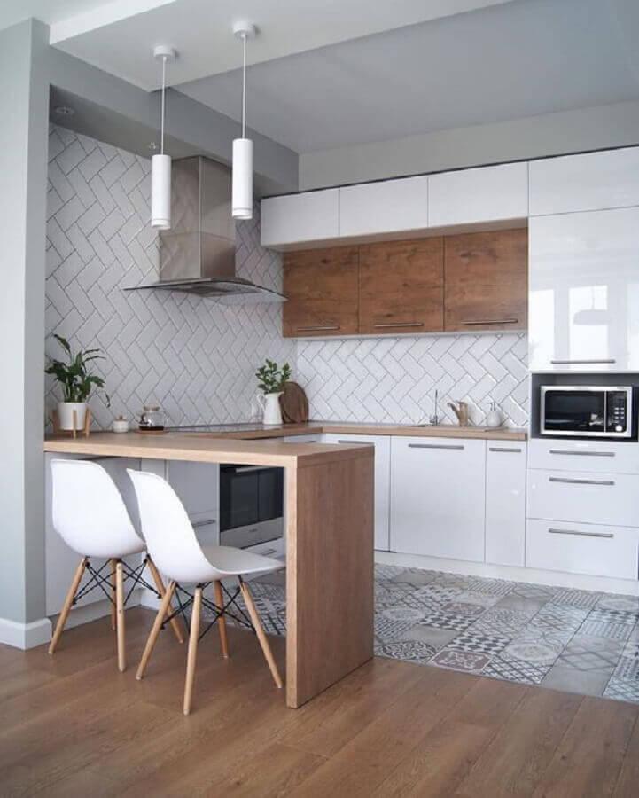 Cozinha estilo americana decorada com piso antigo e metro white escama Foto Côté Maison