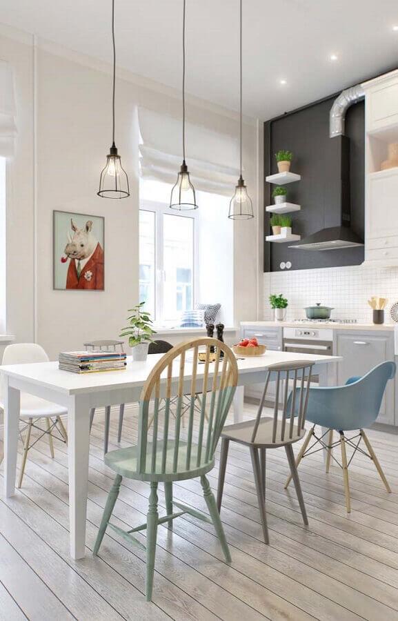 cozinha minimalista decorada com cadeira azul claro Foto Webcomunica