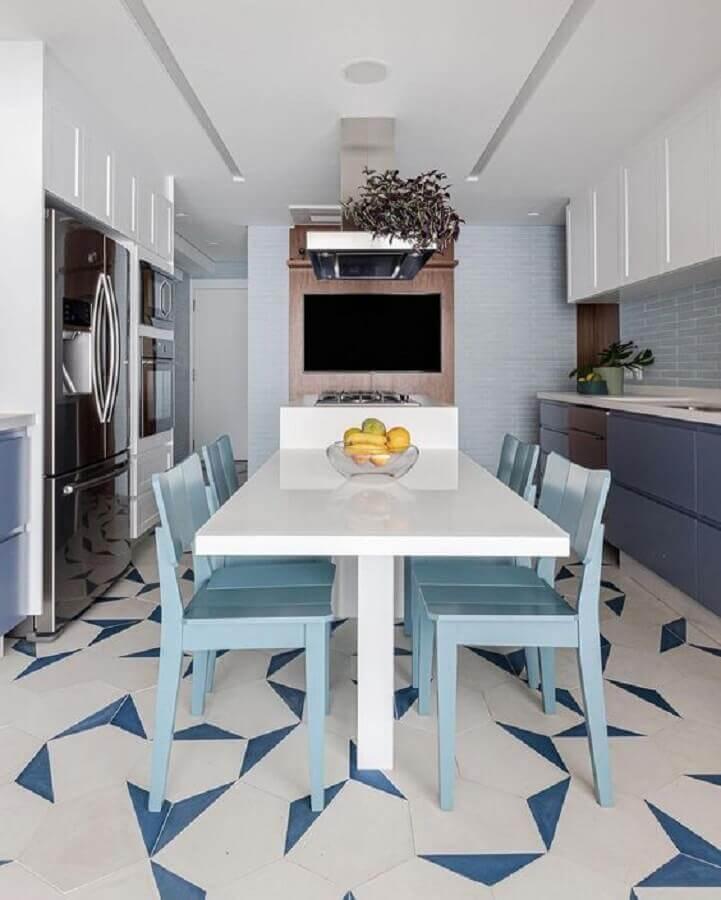 cozinha moderna decorada com armários planejados e cadeira azul claro Foto Pinterest