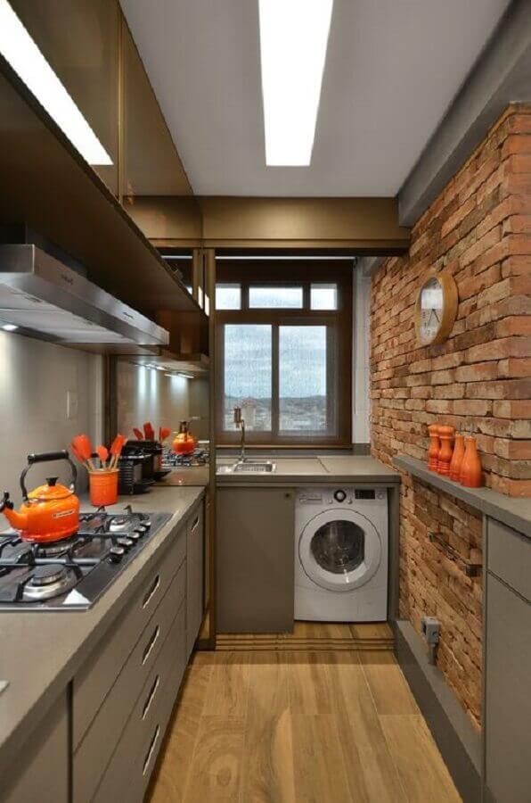 cozinha pequena decorada com armário planejado cinza e parede de tijolinho Foto Pinterest