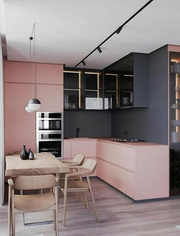 cozinha planejada moderna decorada com tons de cinza e armários rosa chá Foto Futurist Architecture