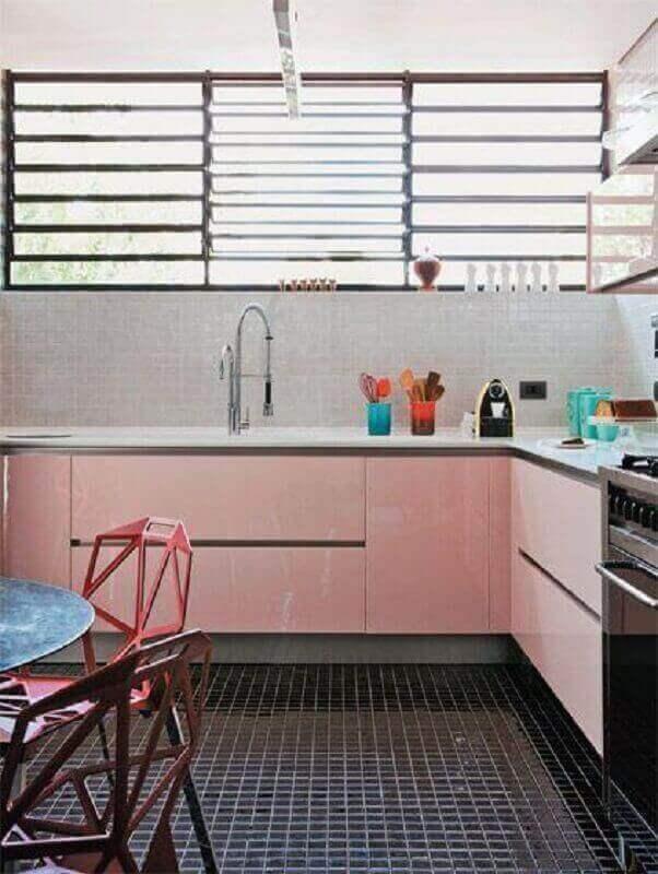 cozinha simples decorada com piso preto e gabinete rosa chá Foto Forma Design Interiores