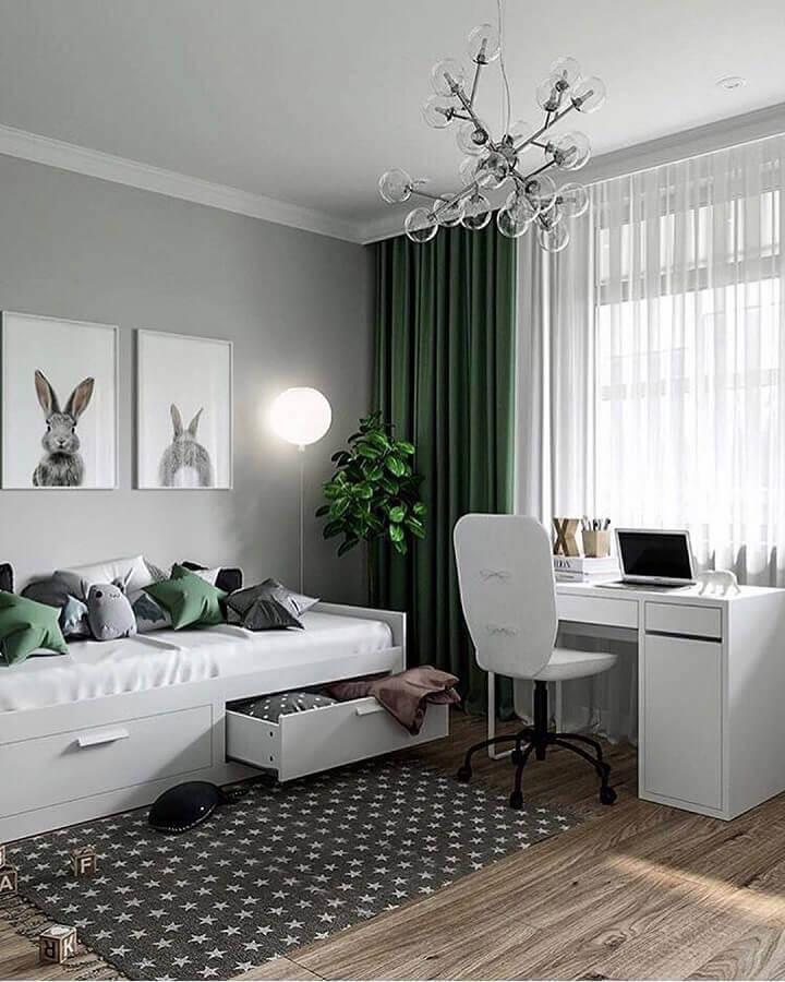 decoração cinza e verde para quarto solteiro com escritório Foto Decoholic