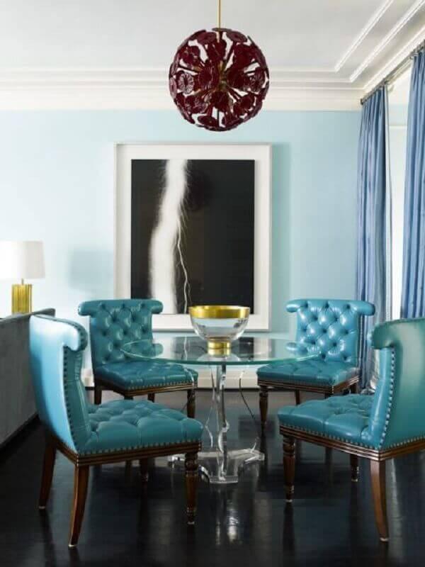 decoração clássica com mesa de vidro e cadeira azul estofada Foto Pinterest