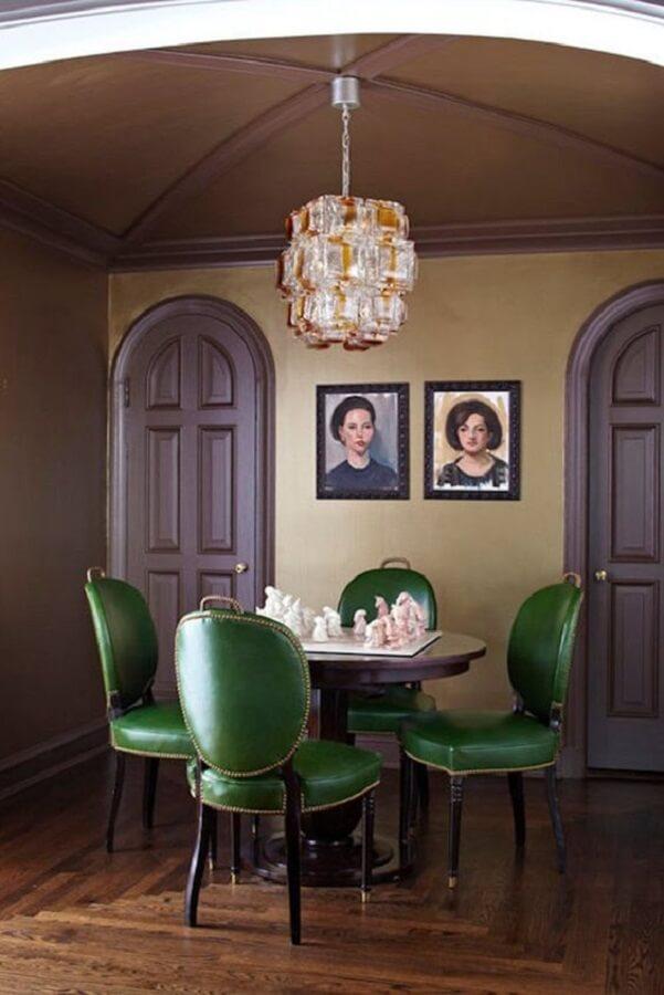 decoração clássica de sala de jantar com cadeira estofada verde e mesa redonda Foto Apartment Therapy