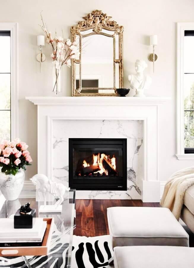 decoração clássica para sala branca com lareira Foto The Decorista