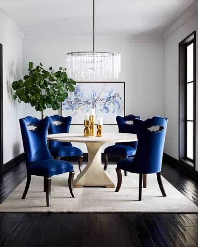 decoração clássica para sala de jantar com lustre redondo e cadeira azul marinho Foto Horchow