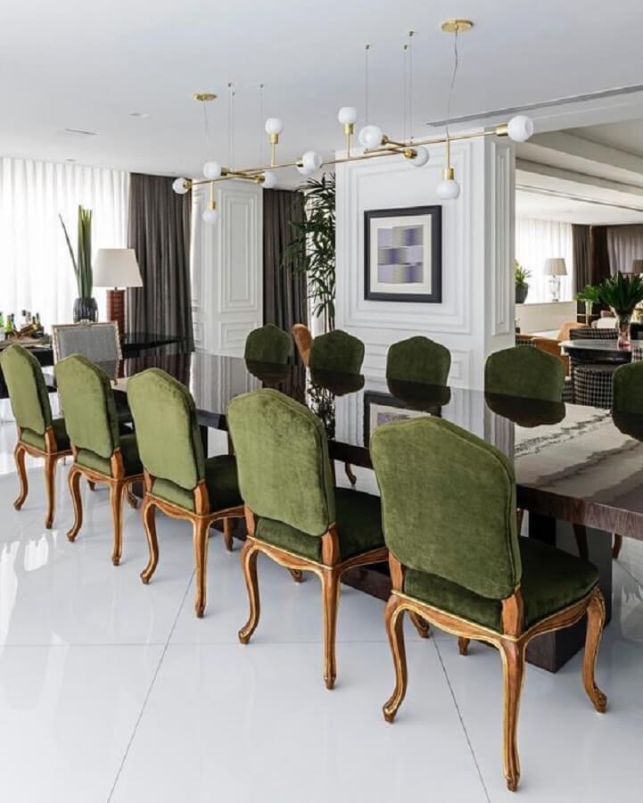 decoração clássica para sala de jantar sofisticada com cadeira estofada verde escuro Foto Maurício Karam Arquitetura