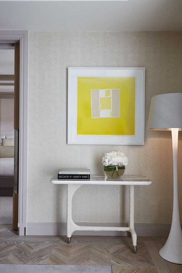 decoração clean com aparador pequeno e abajur de pé alto branco Foto Pinterest