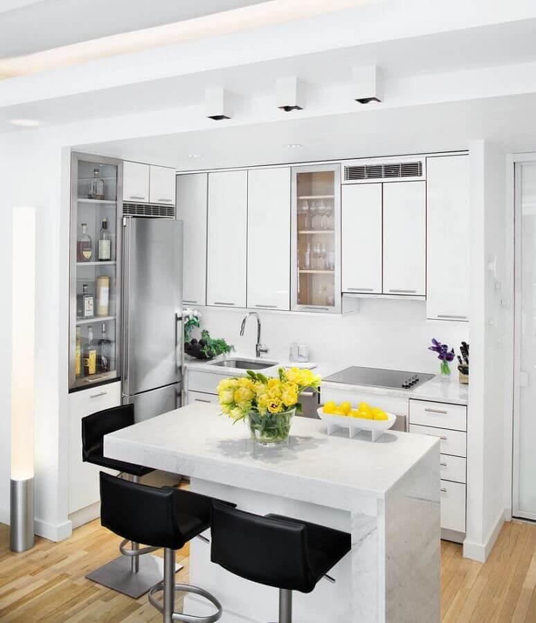 Decoração clean com armários brancos para cozinha estilo americana com ilha pequena Foto Houzz