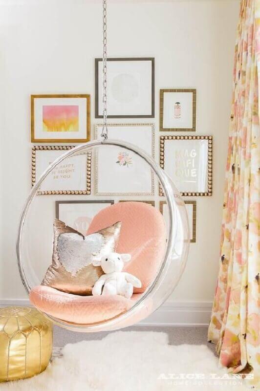Decoração clean com cadeira de balanço moderna suspensa para quarto infantil  Foto Fashionismo