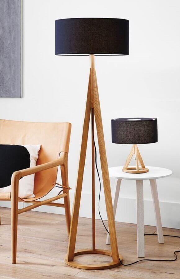 decoração clean com poltrona e abajur de pé de madeira Foto Anthropologie