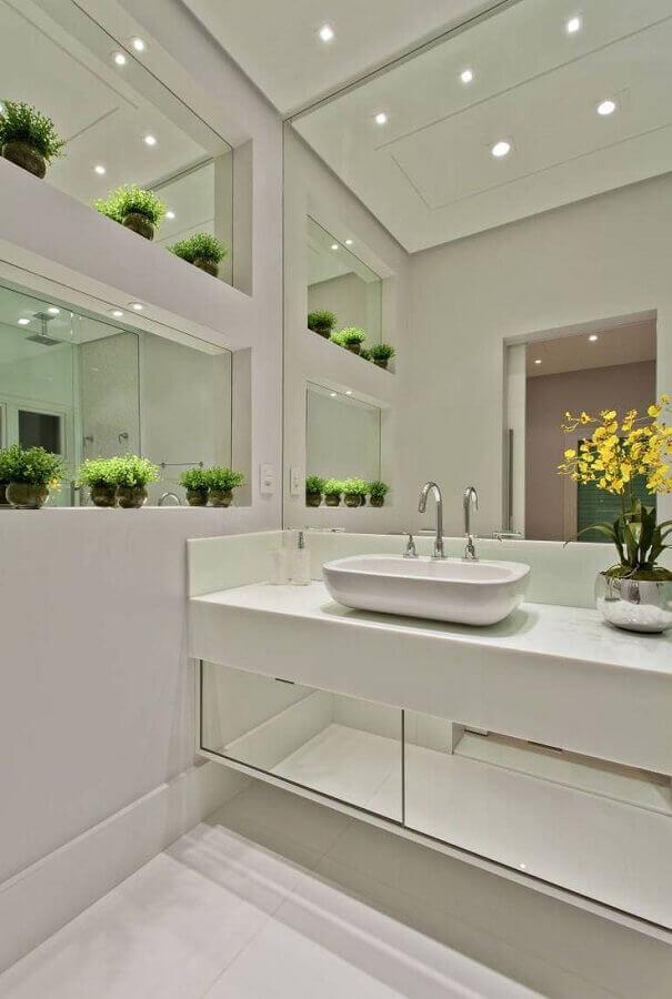 decoração clean para banheiro com armário planejado com portas espelhadas Foto Arquitetando na Net
