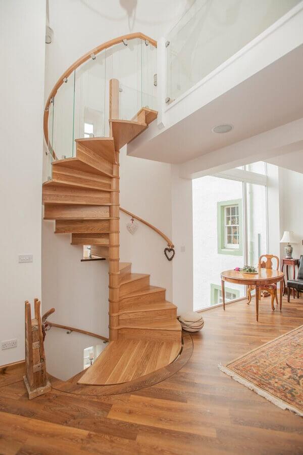 decoração clean para casa branca com escada espiral de madeira Foto Homify