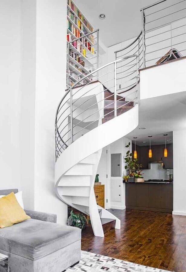 decoração clean para casa com escada espiral branca com corrimão de inox Foto Houzz