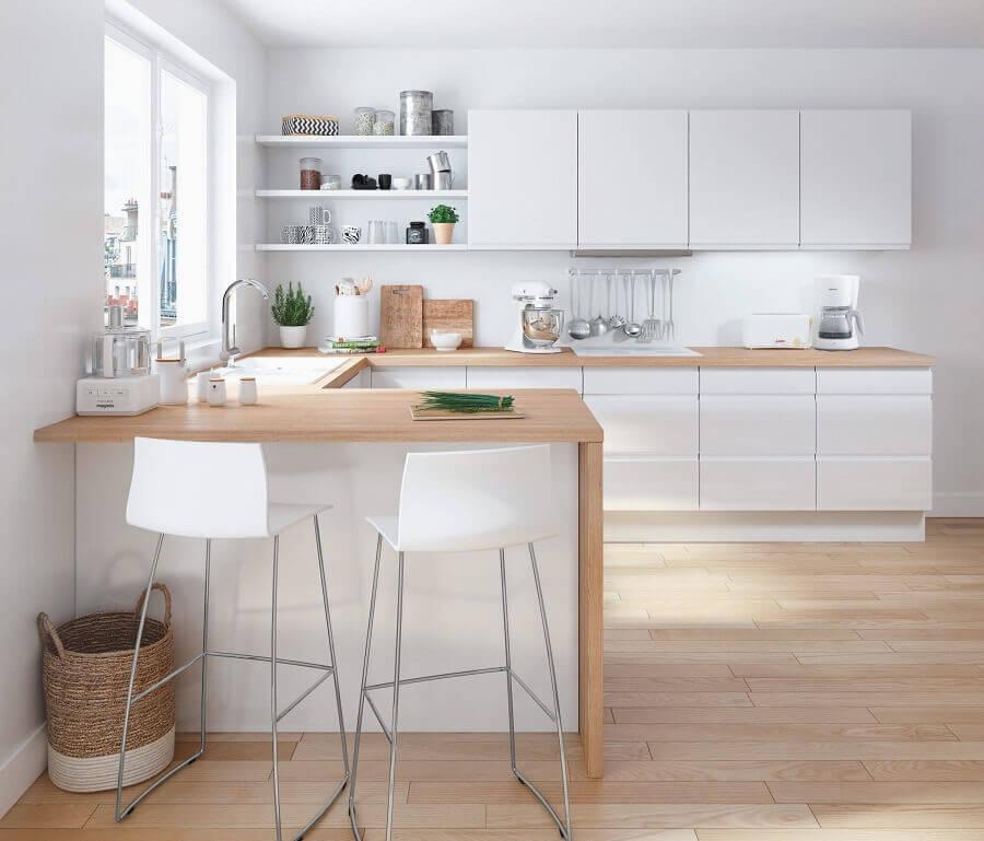 decoração clean para cozinha estilo americana branca em U com bancada de madeira clara Foto Pinterest