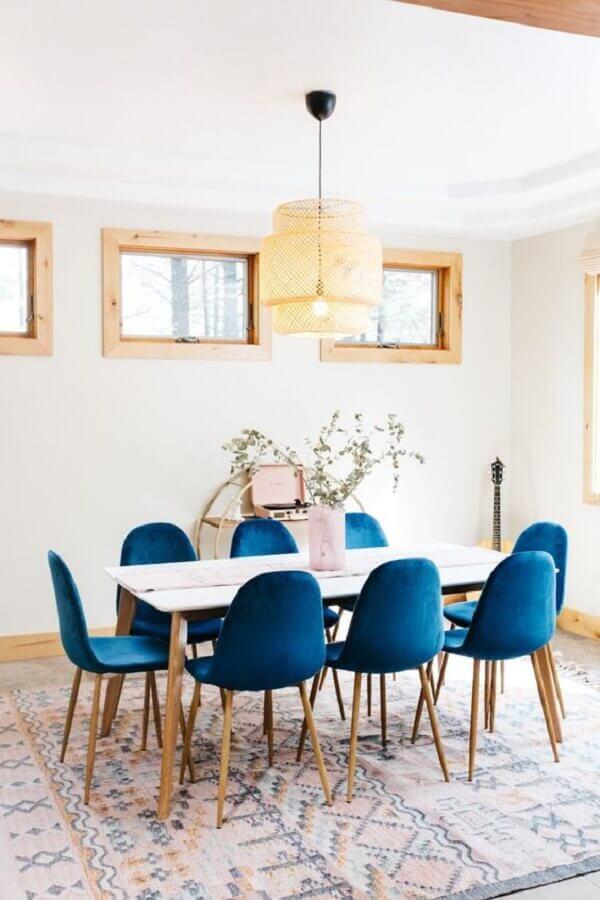 decoração clean para sala de jantar branca com cadeira estofada azul Foto A Bubbly Life