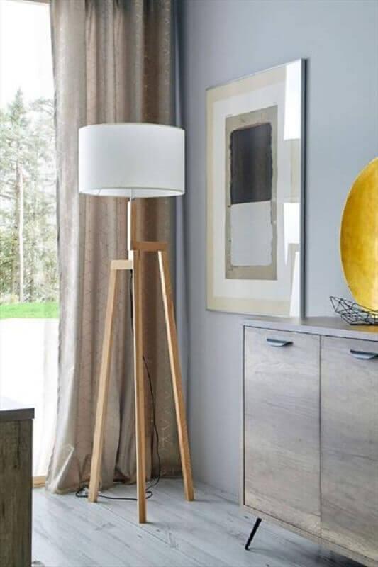 decoração com abajur de pé de madeira e cúpula branca Foto Pinterest