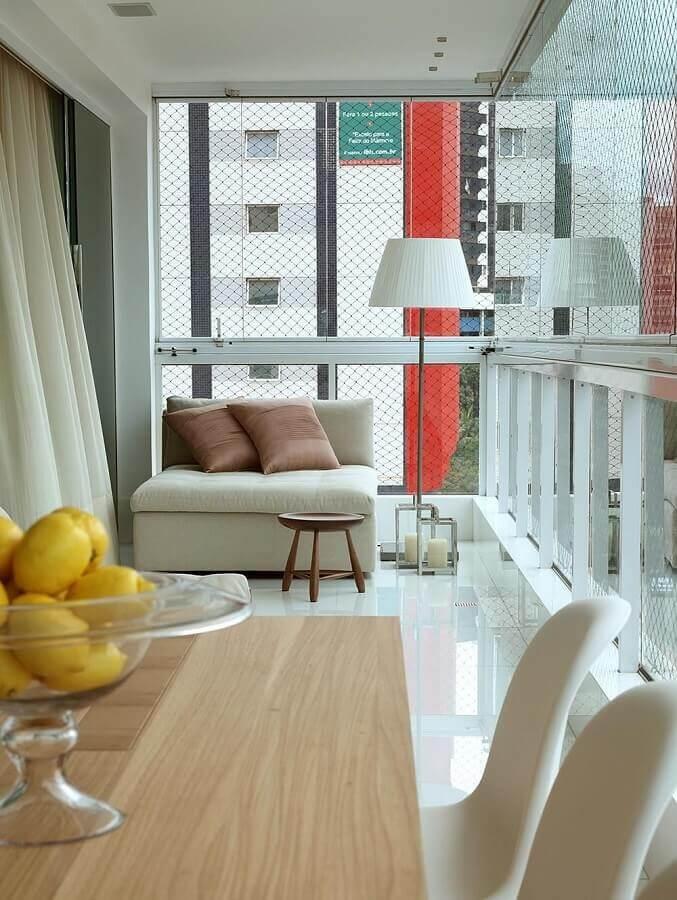 decoração com abajur de pé para varanda de apartamento Foto Vivian Coser