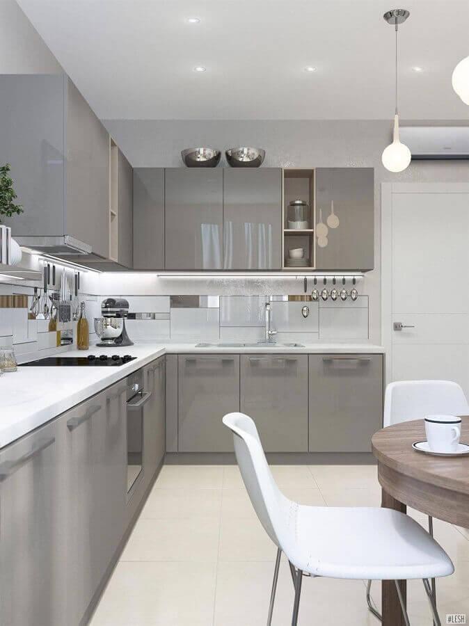 decoração com armário planejado de cozinha branca e cinza Foto Pinterest