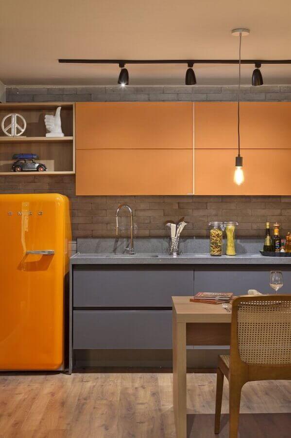 decoração com armário planejado para cozinha cinza e laranja Foto Lolafá