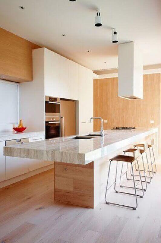 Decoração com bancada de mármore para cozinha amadeirada com ilha
