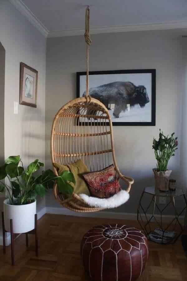 Decoração com cadeira de balanço suspensa e puff redondo de couro Foto Pinterest