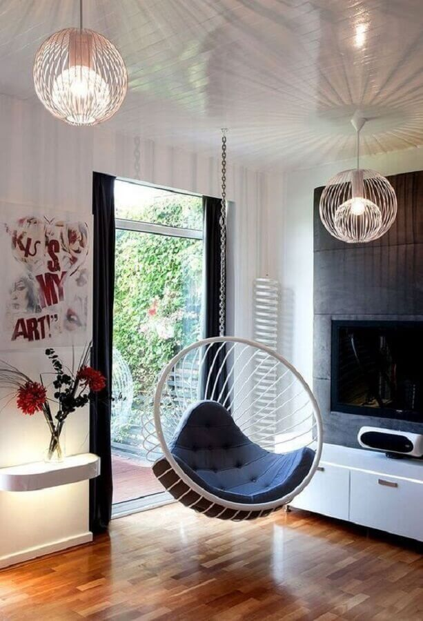 Decoração com cadeira de balanço suspensa para sala de TV  Foto El Mueble