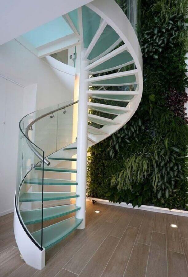 decoração com jardim vertical e escada espiral de vidro Foto Jeito de Casa