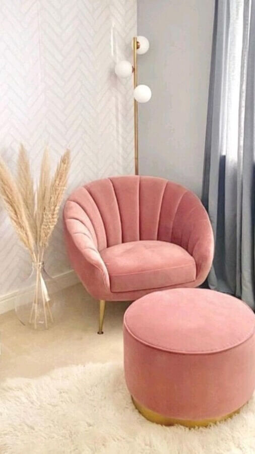 decoração com papel de parede delicado e poltrona rosa chá com puff Foto Pinterest
