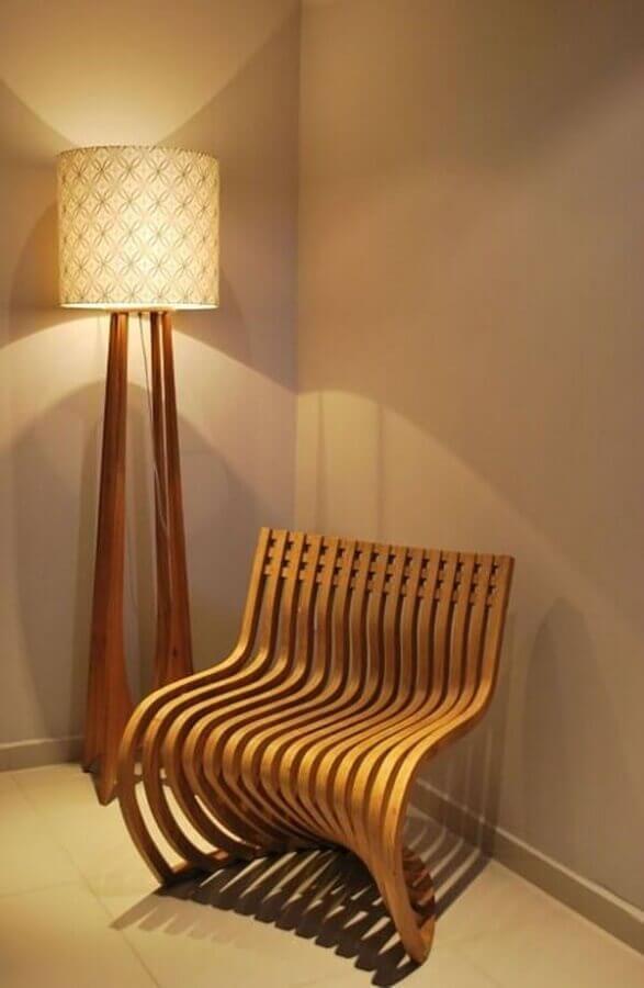 decoração com poltrona moderna e abajur de pé de madeira Foto Projetica Design e Arquitetura