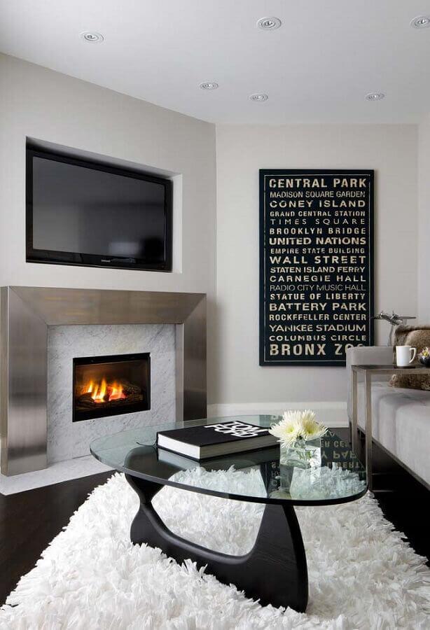 decoração com tapete felpudo para sala com lareira a gás Foto Otimizi