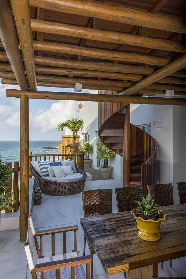 decoração de área externa com escada espiral de madeira Foto Jeito de Casa
