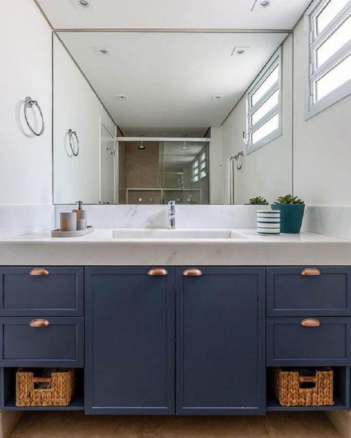 decoração de banheiro azul e branco com armário planejado Foto Decor Salteado