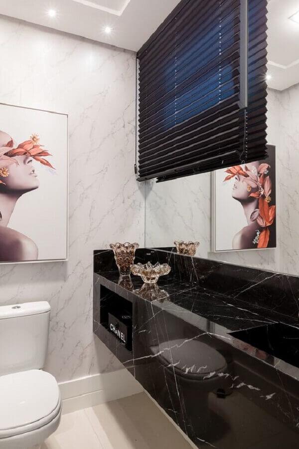 Decoração de banheiro pequeno com bancada de mármore preto