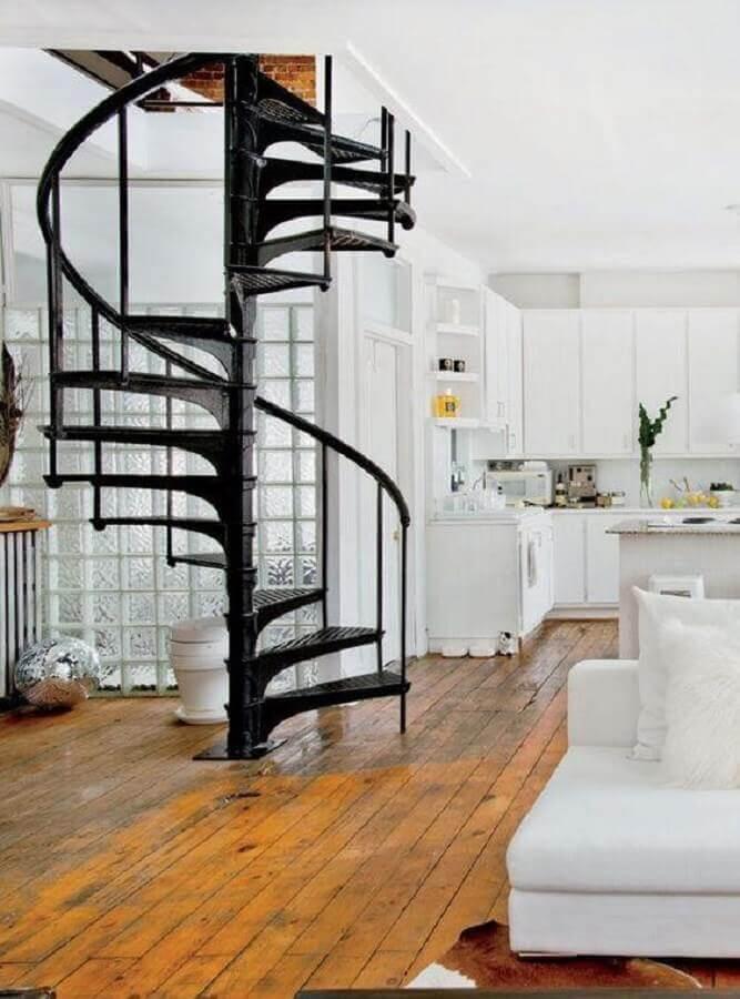 decoração de casa branca com escada espiral de ferro preta Foto Planete Deco
