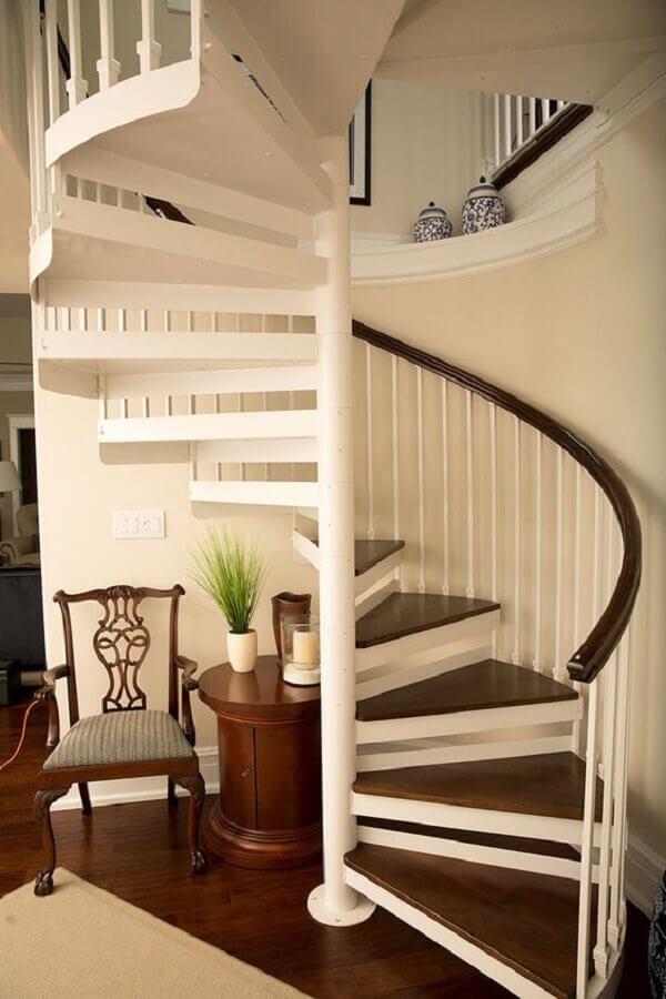 decoração de casa com escada espiral branca com corrimão e degrau de madeira Foto The Iron Shop