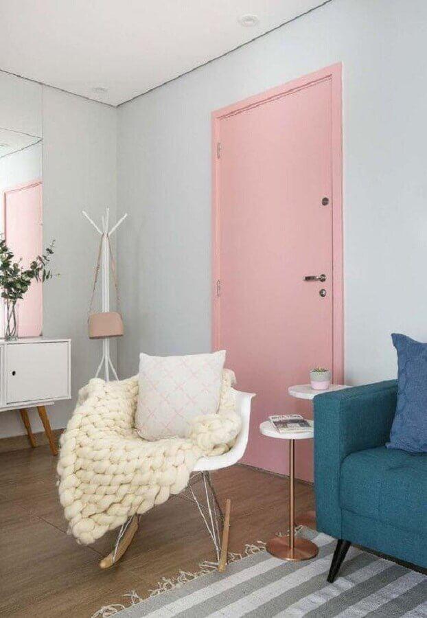 decoração de casa com porta cor de rosa chá Foto Criar Interiores