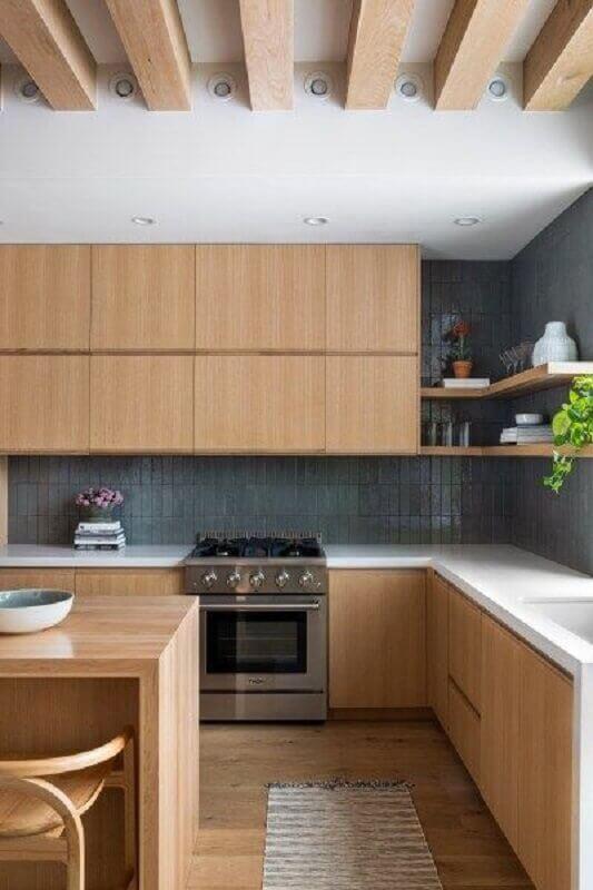 decoração de cozinha amadeirada com armário planejado Foto domino magazine